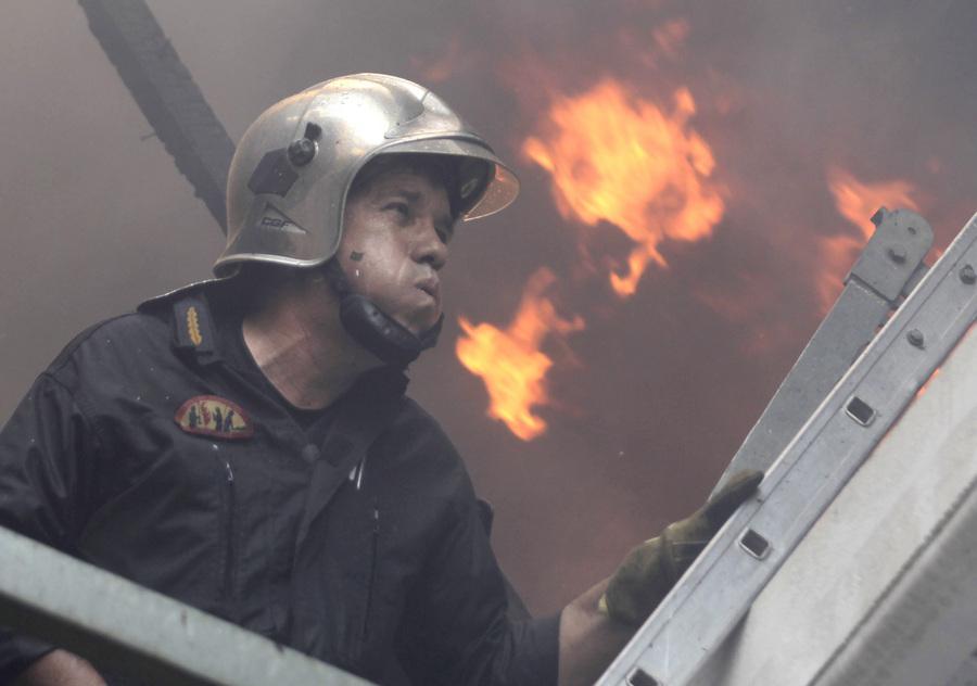 Πυροσβέστης επιχειρεί για την κατάσβεση της πυρκαγιάς που εκδηλώθηκε στην περιοχή του Καρέα, την Παρασκευή 17 Ιουλίου 2015. Πολύ κοντά σε σπίτια έχει φτάσει, πλέον, η μεγάλη πυρκαγιά που ξέσπασε το μεσημέρι στον Καρέα, ενώ το έργο των πυροσβεστών δυσχεραίνει ο δυνατός άνεμος. Στην προσπάθεια κατάσβεσής της επιχειρεί αυτή την ώρα - παράλληλα με 30 πυροσβέστες με δέκα οχήματα - και ένα ελικόπτερο. ΑΠΕ-ΜΠΕ/ ΑΠΕ-ΜΠΕ/ ΟΡΕΣΤΗΣ ΠΑΝΑΓΙΩΤΟΥ