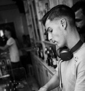 Ο Στέφανος Πιτσίνιαγκας (DJ Jolle) με ακουστικά σε μαγαζί