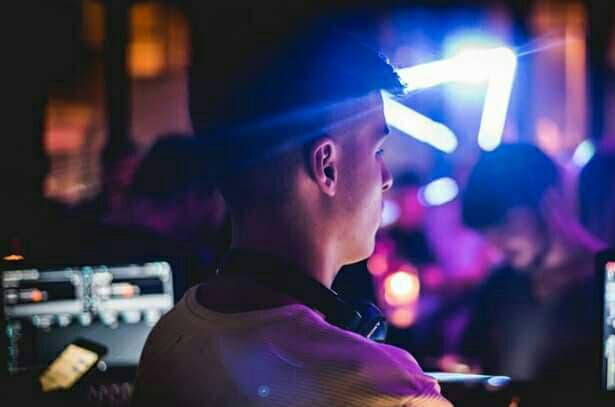 Ο Στέφανος Πιτσίνιαγκας (DJ Jolle) σε νυχτερινό live