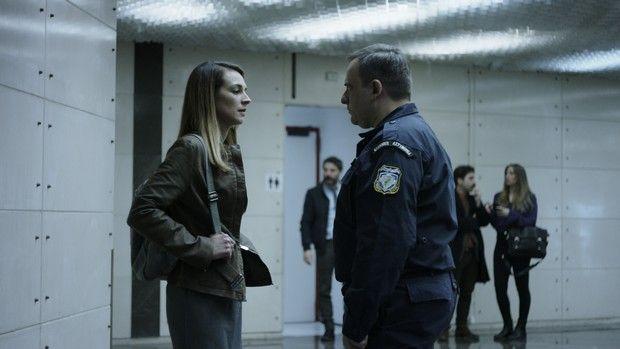 """στιγμιότυπο από την ταινία """"έτερος εγώ"""", κοπέλα / αστυνομικός"""